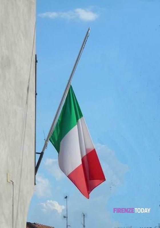 Bandiera a mezz'asta in omaggio alle vittime dell'epidemia in corso